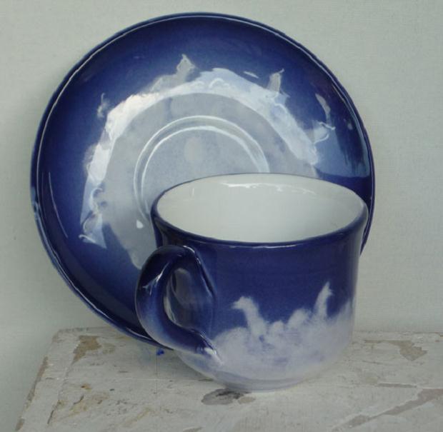 Luciano Tittarelli - Anni 00 - tazza-e-piatto-con-cavallini-su-fondo-blu-2005-ceramiche-bizzirri