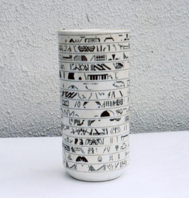 Luciano Tittarelli - Anni 80 - vaso-cilindrico-in-maiolica-con-pixel-neri-a-decalco-1981-12x30